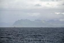 Плывем дальше, осматриваем острова и ждем появления нового кашалота.