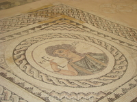 Вилла Эвстолия, город-государство Курион, мозаика на полу одного из мноочисленных помещений. Изображена Ктисис - покровительница строителей, держит в руках ...