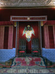 Тронный зал. в зале расположены троны, оформленные низким балдахином, на котором изображен герб Католических королей с девизом «Оба на высоте». Они были ...