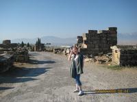 Развалины древнего города Хиераполиса.Вдалеке видны травертины Памуккале.