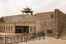 На посещение данной крепости у меня ушло около часа. На территории напротив моря расположен небольшой павильон с каменными скамейками, расположившись на которых можно наблюдать за выступлением местног