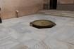 Скромный тихий фонтанчик у фасада Мексуар.