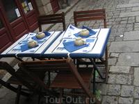 В бретонских кафешках и бесчиленных блинных (Creperie), к вашему приходу уже заботливо приготовлены чашечки для сидра :)