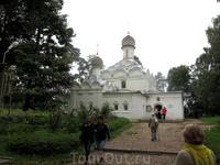 Храм Архангела Михаила. Это из за этой церкви село и усадьбу назвали Архангельским. Церковь 17 века, действующая