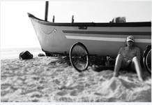 Катя отдыхает возле лодки
