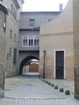 Набрели на арку и Casa de Deán, дом в котором жил настоятель собора. Дом состоит из двух жилых блоков, соединенных между собой аркой и вот этим красивым ...