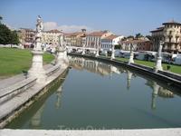 Площадь Валле с искусственным  каналом с четырьмя каменными мостами и  статуями наиболее известных в прошлом падуанцев.