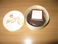 """Это и есть торт """"Захер"""", диаметр сантиметров 10, стоимость 10,5 евро."""