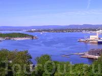 Это Осло-фьорд.Он,конечно,не такой величественный,как северные фьорды,но тоже очень мил и живописен.Это вид с Экерберпаркена.