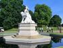 Прямо перед Дворцом расположилась статуя королевы Виктории, сделанная одной из ее дочерей Луизой. Девушку отмечали как прекрасного художника, поэтому достоверности ...