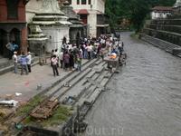 По другую сторону от храмов — приют, организованный Матерью Терезой, в котором получают еду нищие и бездомные. При приюте несколько шикар — индийских храмов ...