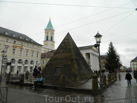 Главная достопримечательность Карлсруэ - пирамида.