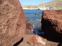 Держим курс на пляж. Красные камни и синее-синее море...