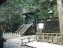Довольно скромная гробница самого Иэясу Токугава находится выше храма Тосёгу в тихом, уединенном месте