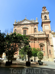 На la Plaza de san Vicente Ferrer находится красивая церковь XVIII века La iglesia de Santo Tomás y San Felipe Neri. Начало ее строительства датируется ...