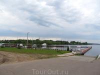 Причал возле яхт-клуба, на заднем плане виден кусочек Калязина с церковью
