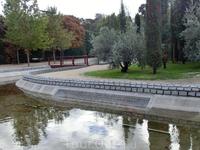 Это самое печальное место парка El Bosque de Recuerdos (Лес Памяти), оно находится в части парка, приближенной к вокзалу Аточа.  Теракты в Мадриде 11 марта ...