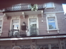 На балконе 2-го этажа установлен бюст Достоевского
