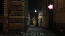 Вечером, часов в 8-9 Генуя выглядит вот так... что было для нас немного удивительным и угнетающим. Мы торопились в номер, как бы с нами ничего не случилось ...