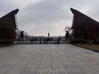 Советский мемориал расположен в середине Трептов Парка и был построен в 1946-48гг Здесь захоронено более 5000 советских солдат,которые погибли при взятии ...