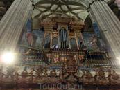 Второй орган - подарок архиепископа Хосе Санчо Гранада, был создан королевским органистом Pedro de Echevarría в 1745 году.