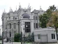 Дом с химерами был построен по проекту архитектора Владислава Городецкого в 1901—1902 годах с применением инновационных решений для тех времен под руководством инженера Антона Страуса.Дом построен в с