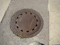 Люк системы канализации Умага. Обратите внимание на отверстия для стока дождевых и талых вод.