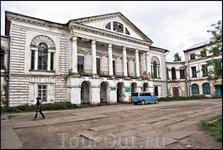 Самый большое каменное здание городка- дом купца Пьянкова. В нём теперь магазины. Ни одного трезвого мужика мы тут не встретили