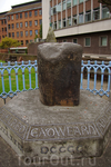 Камень, на котором сидели короли во время коронации в 10 веке, находится перед зданием Гильдий в центре Кингстона.