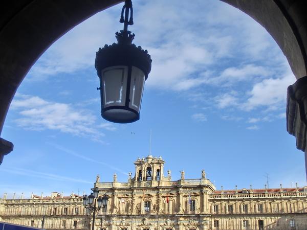 Северный фасад площади был полностью завершен только в 1852 году, когда к зданию наконец достроили колоколенку с колоколами и часы.  Площадь является географическим центром старого города и любой из выходов из площади приведет вас в один из исторических ...