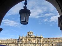 Северный фасад площади был полностью завершен только в 1852 году, когда к зданию наконец достроили колоколенку с колоколами и часы.  Площадь является географическим ...