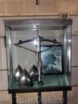 Одна из самых больших ценностей оружейной комнаты - охотничий арбалет, инкрустированный драгоценными камнями.