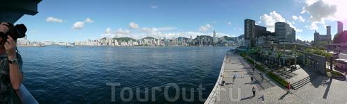 Дневная панорама Гонконга с видом на Central с Аллеи Звезд...