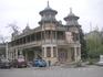 Цветник. Здание ресторана.Хотя выглядит старинным, но как я понял, оно просто стилизовано под старину