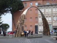 Город Тиволи, центральная площадь, скульптура местного Церетели по фамилии Помодоро.