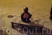 """Крошечный мальчик, сидящий на постаменте, обняв руками колени (""""Мальчик, смотрящий на луну"""") – это самая маленькая скульптура в мире. Стокгольм."""
