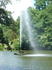фонтан Змея, действует по принципу сообщающихся сосудов - вода поступает из верхнего озера