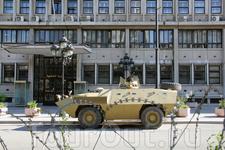 Колючая проволока и военная техника возле Дома правительства в столице Туниса