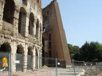 А это Колизей с обратной стороны, где то около 12 часов, очередь уже в 4 ряда, поэтому внутрь не пошли