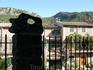 Взгляд на дворики г. Вальдемосса (такой вот фрагмент ограды - столб)