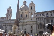 Рим.  Церковь Santa Agnese in Agone на  Piazza  Navona в  стиле  барокко была  построена  на  месте,где ,по преданию, девственная  Аньезе,приговоренная и обнаженная перед  казнью,была прикрыта  длинны