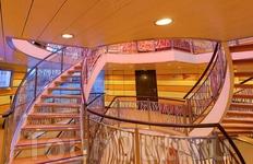 По этой лестнице можно попасть на любую из трех палуб