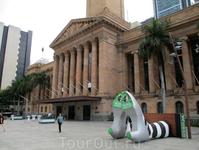 Брисбенский музей и реклама мюзикла Wicked