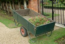 Hampton Court Palace. Где-то рядом работает садовник.