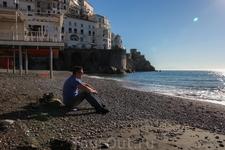 Городской пляж в Амальфи небольшой. В 9 утра купальщиков было двое - это мы. Остальные начали подтягиваться позже