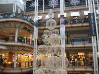 Новогодняя ёлка в одно из магазинов Глазго.