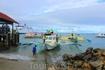 """Чтобы попасть на прекрасный остров Боракай, необходимо сначала 2 ч ехать на автобусе по серпантину, затем плыть на """"лодке"""", а уже после ехать на трицикле ..."""
