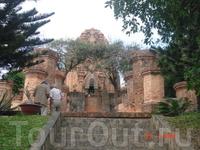 Нячанг. Тямские башни Понагар. Были построены  примерно в X-веке, очень популярны у китайских и вьетнамских туристов