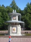 Парные двухступенчатые фонтаны, отделанные различными породами цветного мрамора и скульптурной пластикой в виде золотых гирлянд, венков и маскаронов, украшают ...
