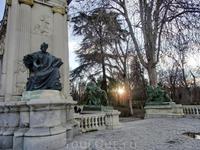 Фигуры, окружающие монумент, также постепенно озаряются утренним светом.